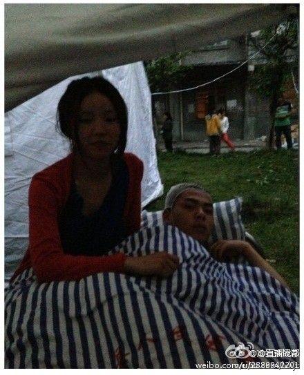【感人事迹】地震中男子楼板砸来时护住女友 女友:这辈子认定他了
